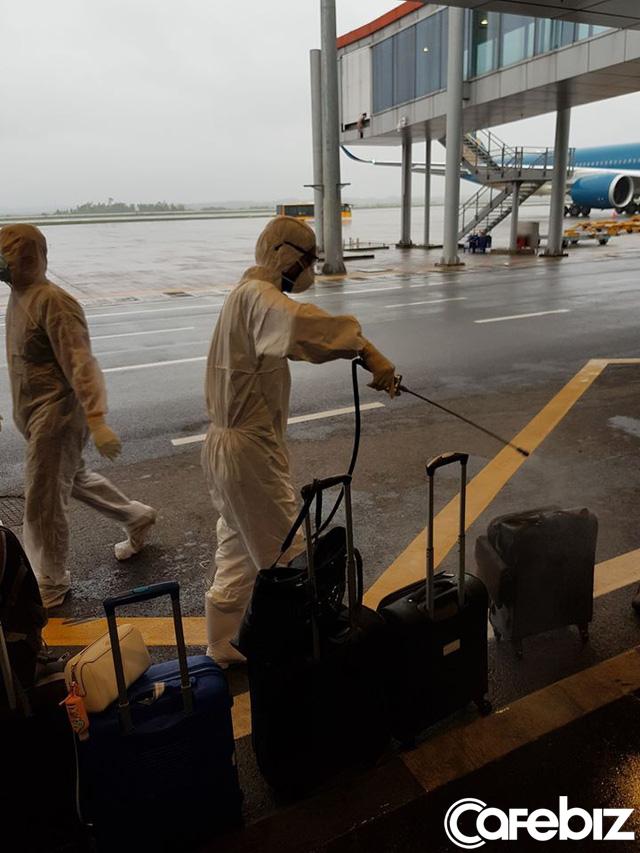 Tất cả hành lý được khử trùng, mọi nhân viên mặc đồ bảo hộ kín mít