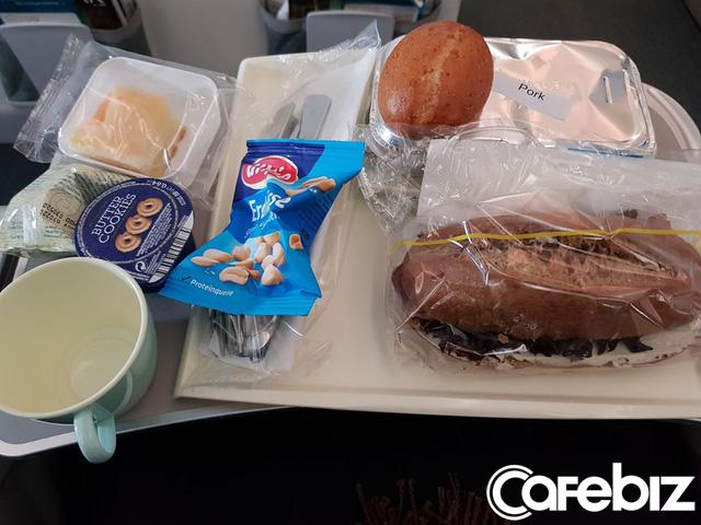 Bữa ăn trên chuyến bay giải cứu được bọc cẩn thận